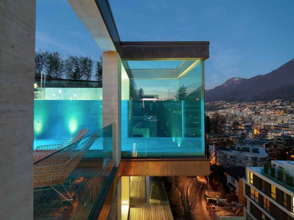 piscina-de-vidro-suspensa-em-edificio-na-suica