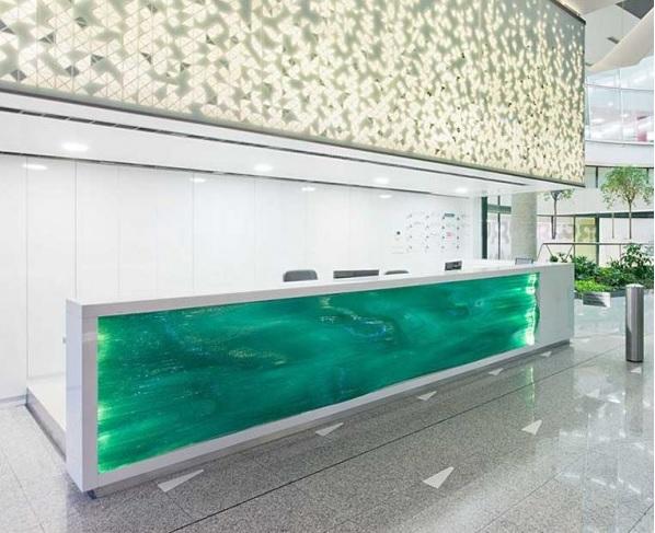 balcao-de-atendimento-em-vidro-verde-curvo