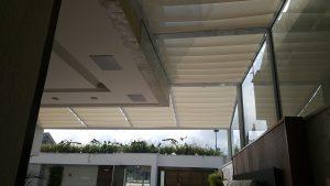 persiana-romana-de-teto-em-cobertura-de-vidro