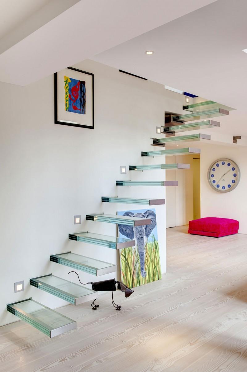 escada-com-degrau-de-vidro-embutido-em-balanço-dos-architects