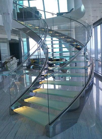 escada-curva-de-aço-e-vidro-laminado-temperado