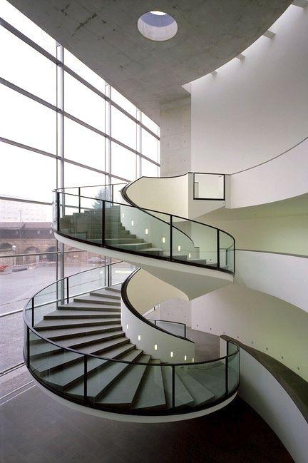 escada-de-vidro-curvo-com-perfis-de-aço-inox-preto