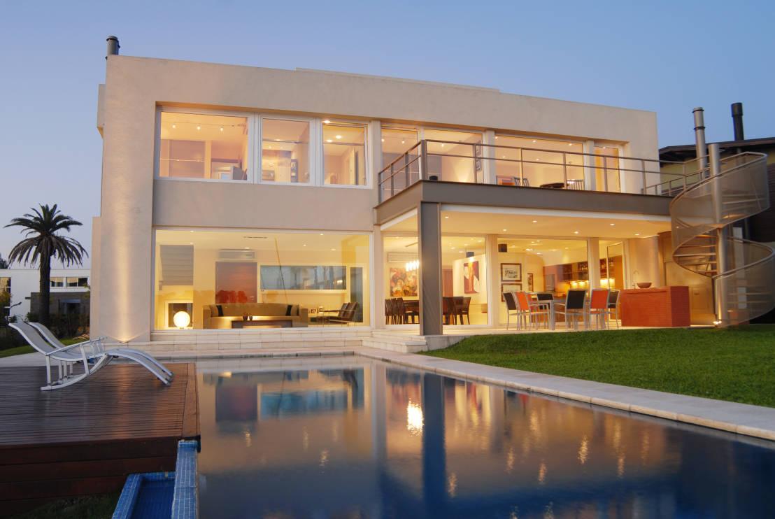 moderno-projeto-de-fachada-de-vidro-residencial-por-ramirez-arquitetura