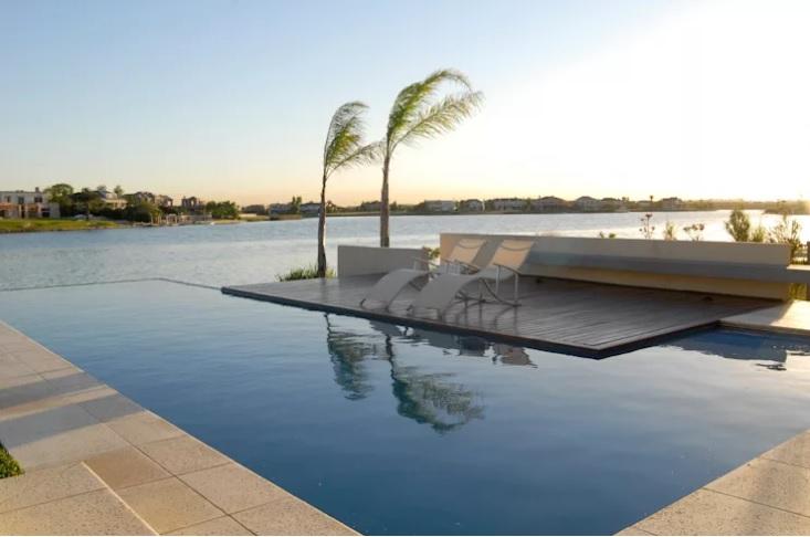 piscina-borda-infinita-vista-pra-lagoa-por-ramirez-arquitetura