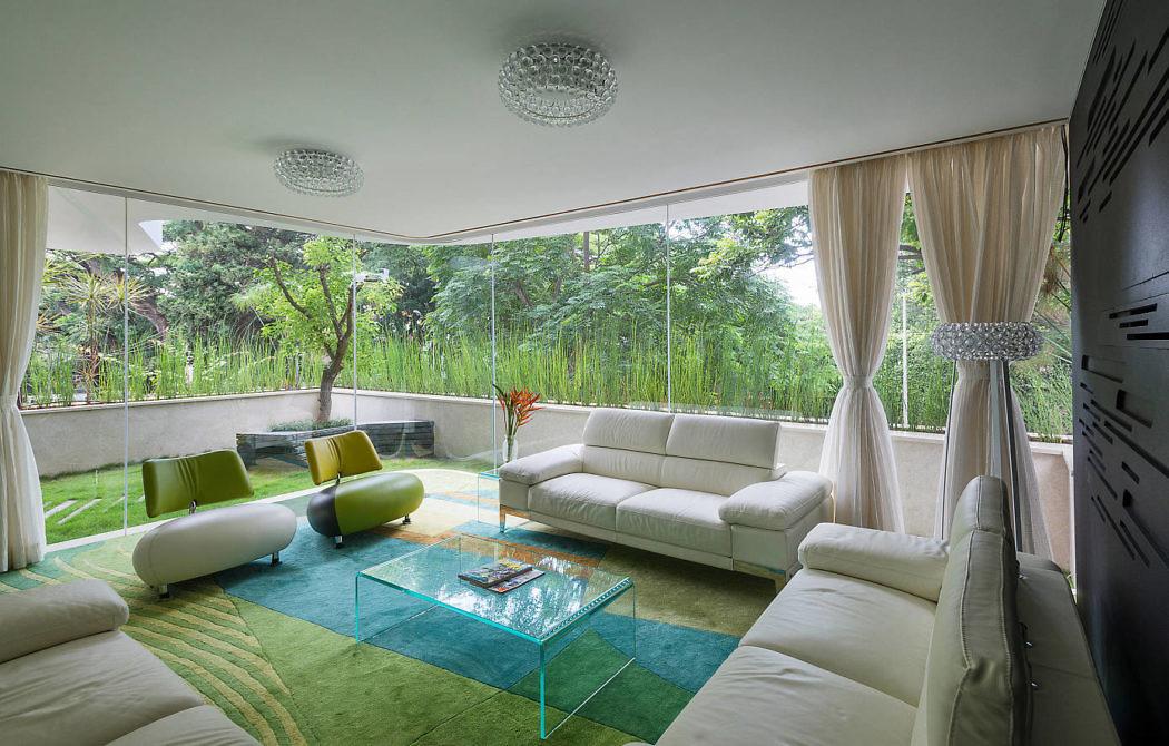 decoraçao-colorida-sala-de-estar-envidraçada