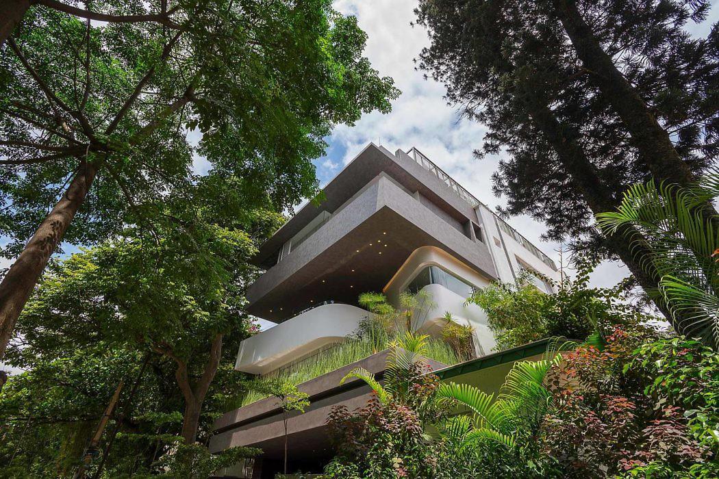 fachada-residencial-moderna-guarda-corpo-de-embutir-vidro-laminado-temperado