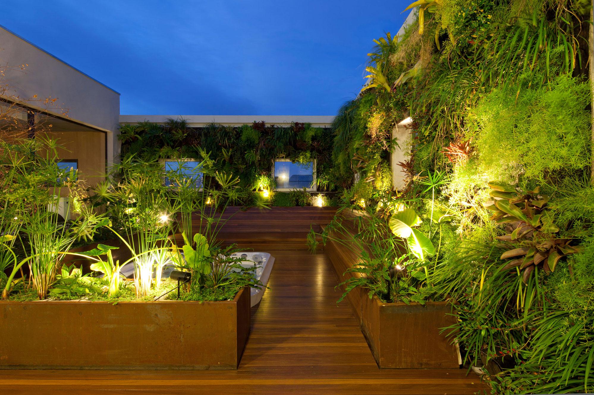 projeto-de-terraco-com-jardim-vertical-por-casa-14