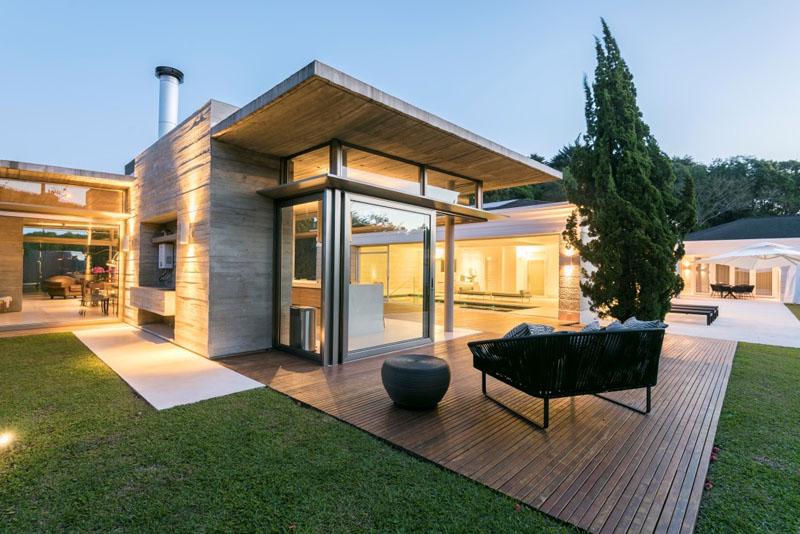 fachada-residencial-em-vidro-e-concreto-por-elmor-design