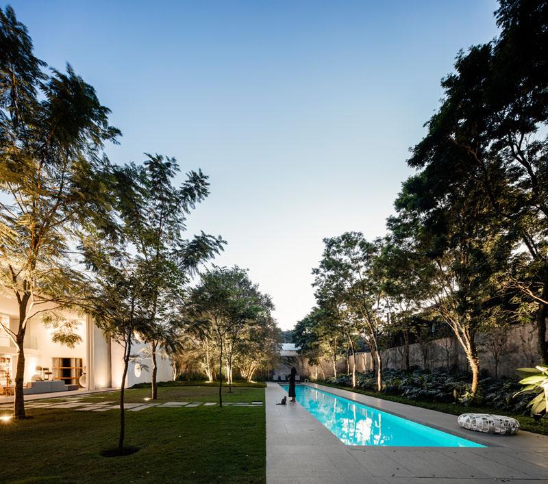 paisagismo-piscina-raia-moderno-projeto-residencial-em-sp-por-mk27