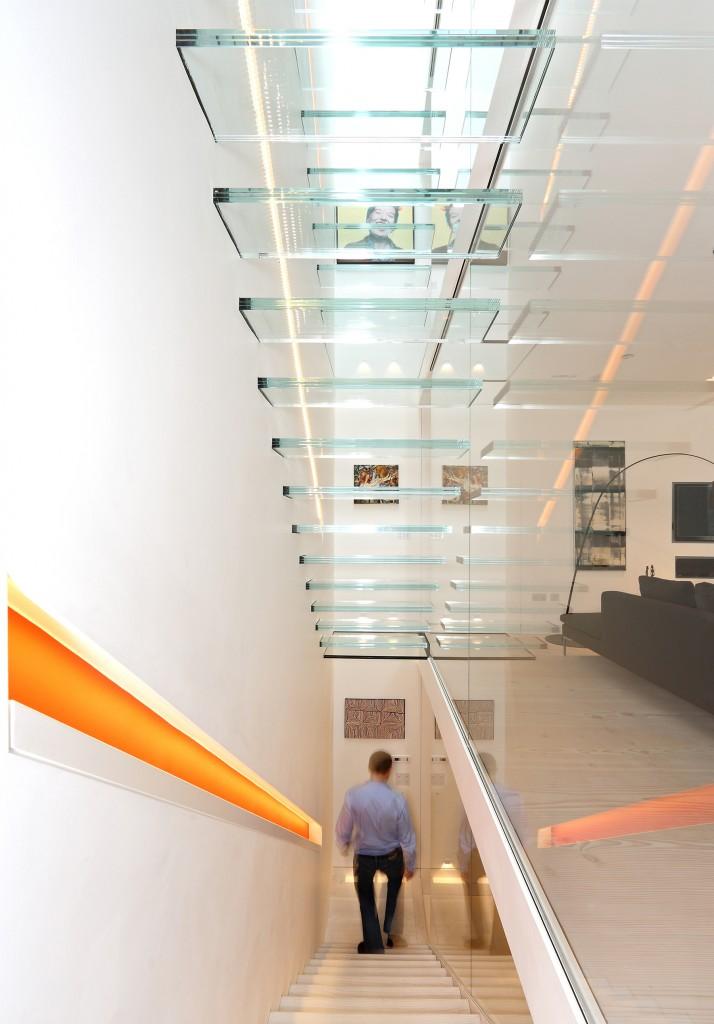 escada-com-guarda-corpo-de-vidro-piso-ao-teto