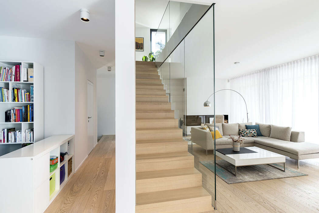 guarda-corpo-de-escada-com-fechamento-de-vidro-do-piso-ao-teto
