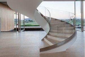 escada-curva-em-vidro